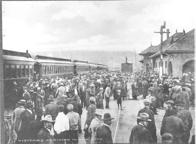 Old photo of crowd awaiting arrival of train