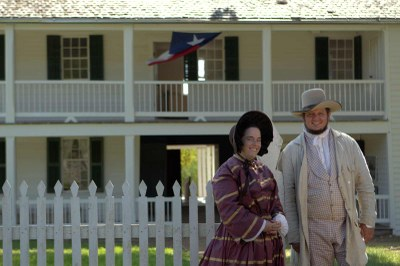 Reenactor couple in front of Fanthorp Inn State Historic Site